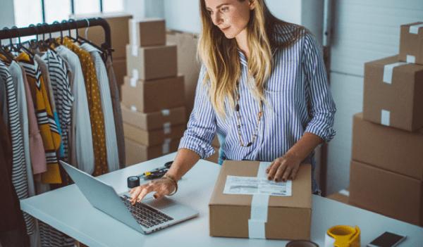 Vrouw die webshop bestellingen afhandelt met de WooCommerce koppeling met Vendit